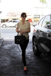 Dakota Johnson caminando en Beverly Hills – 20 Marzo, 2014 (Fotos UHQ sin marcas)