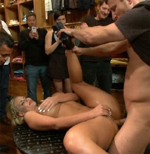 porno-blondinku-na-publike-trahayut-vse