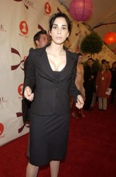Sarah Silverman bends over at 2002 VH1 Vogue Fashion Awards