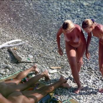 nudisti-zagorayut-video
