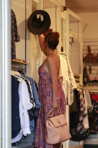 3ee360342186115 Jennifer Lopez and Leah Remini shopping at Fred Segal in L.A. (July 30, 2014) candids