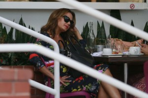 83a69e342186287 Jennifer Lopez and Leah Remini shopping at Fred Segal in L.A. (July 30, 2014) candids