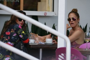 b1e290342186352 Jennifer Lopez and Leah Remini shopping at Fred Segal in L.A. (July 30, 2014) candids