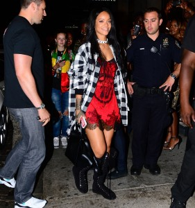 49fe60346438902 Rihanna arriving to VIP Nightclub (August 18, 2014) candids