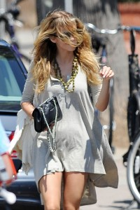 44c003346464796 AnnaLynne McCords dress blew up to reveal her underwear in Venice, August 20 x 31 HQs candids