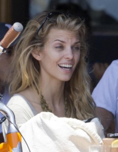 f7d0ad346464893 AnnaLynne McCords dress blew up to reveal her underwear in Venice, August 20 x 31 HQs candids
