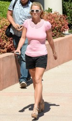 e87f26348545734 Britney Spears at Wildflour Bakery and Cafe in Agoura, California   August 26, 2014   52 HQ/UUHQ candids