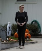 Kirsten Dunst making on her halloween decorations at her house November 1-2014 x14
