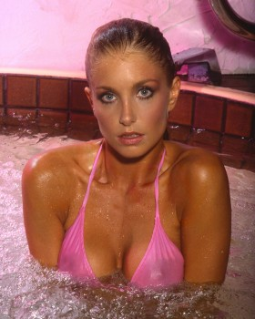 Heather Thomas: In Hot Tub: HQ x 1