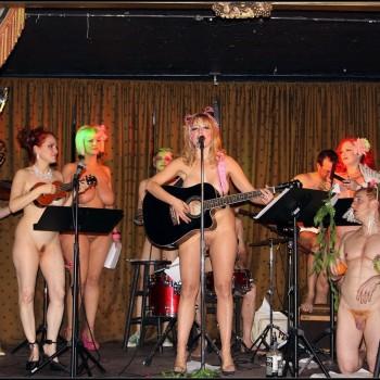 Девушки голые поют фото 25588 фотография