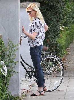 Kirsten Dunst - Bicycle - x 8 hq